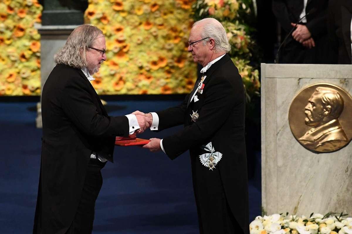 James Allison riceve il Premio Nobel da Re Carlo XVI Gustavo di Svezia / Getty Images.jpg